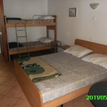notranjost bungalova zakonska postelja + pograd